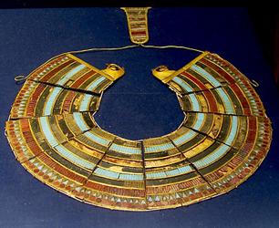 Au delà des pyramides, lEgypte est également reconnue pour ses sublimes bijoux qui datent de lantiquité. Les égyptiennes étaient adulées pour leur