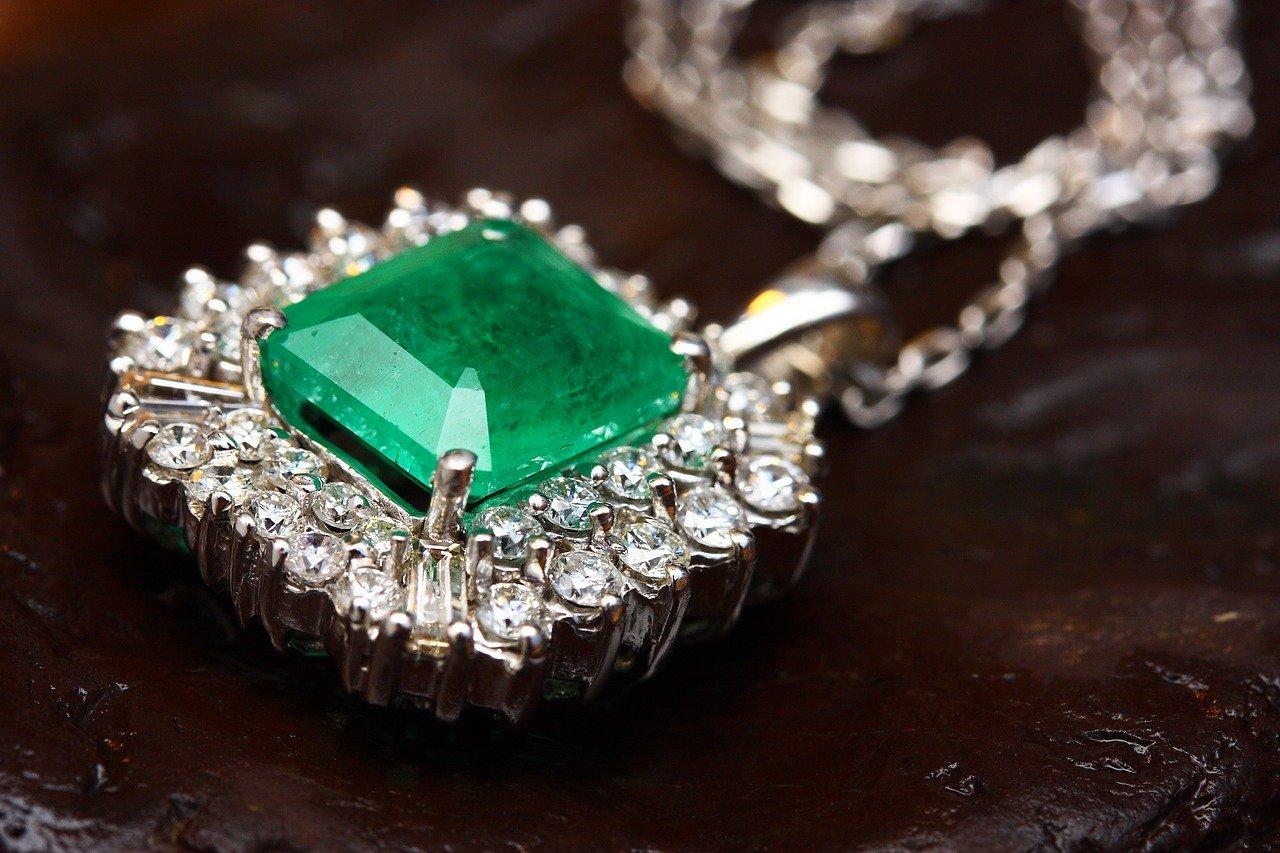 La pierre précieuse jade vert : signification, propriétés et utilisations
